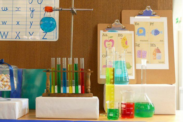 Sweet table back to school par Studio Candy pour Kering - tubes à essai de chimie, fioles