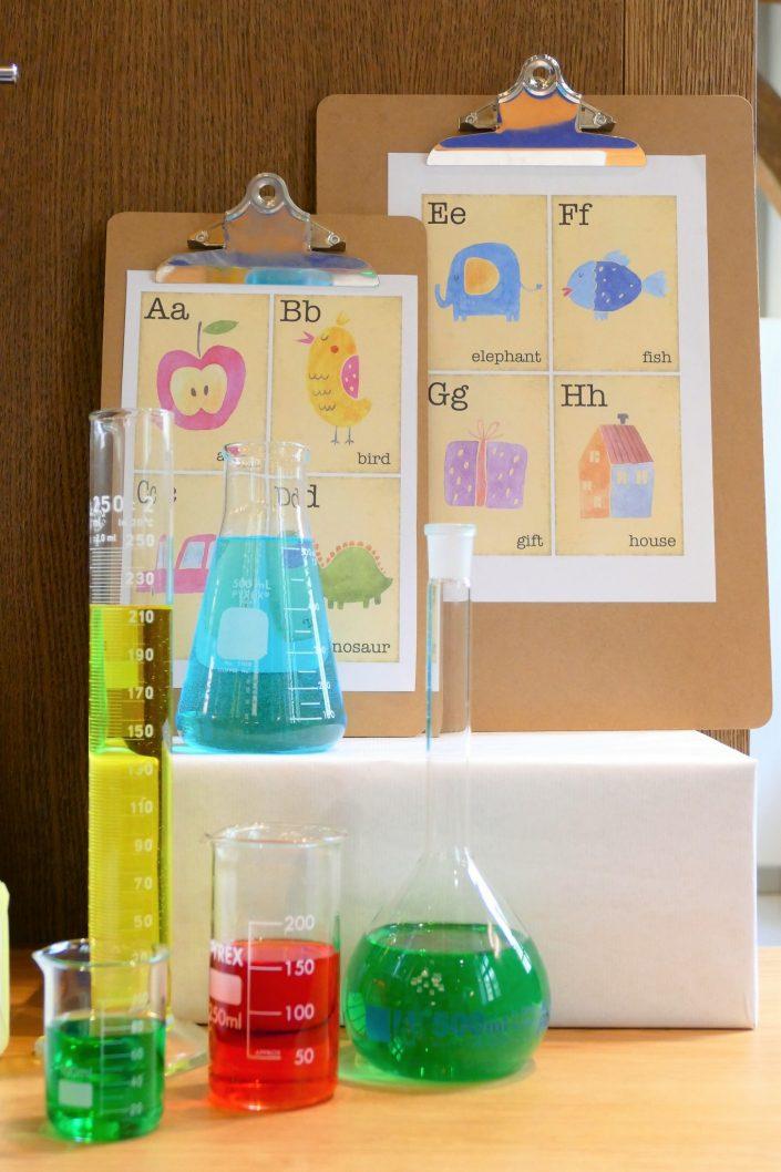 Sweet table back to school par Studio Candy pour Kering - fioles de chimie