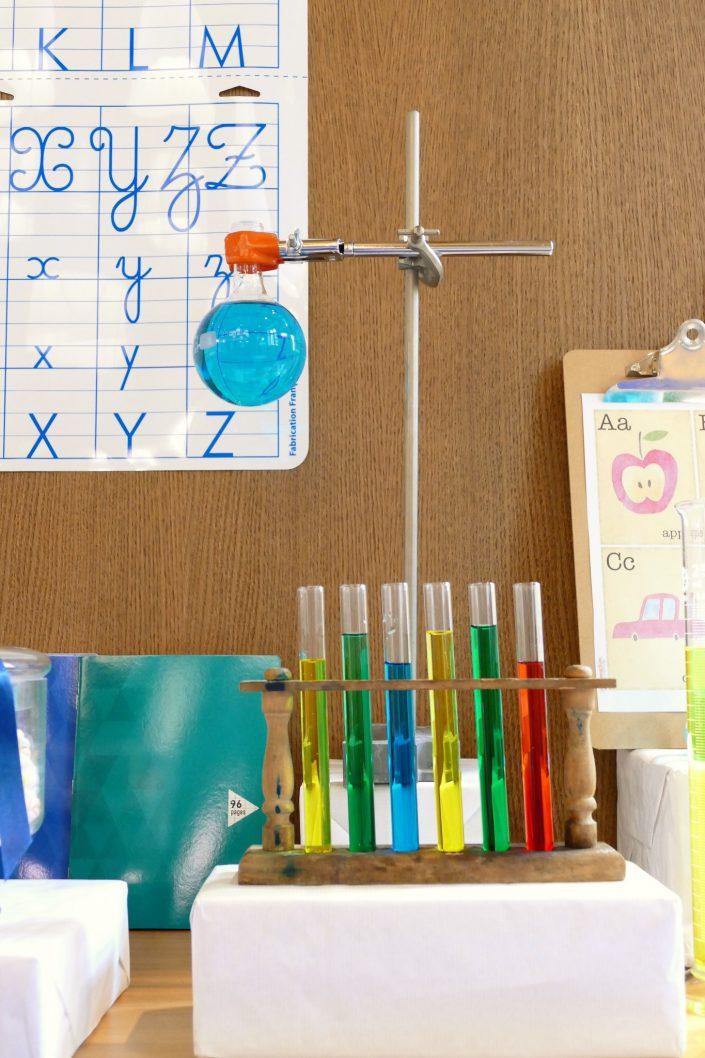 Sweet table back to school par Studio Candy pour Kering - tubes a essai, ballon de chimie