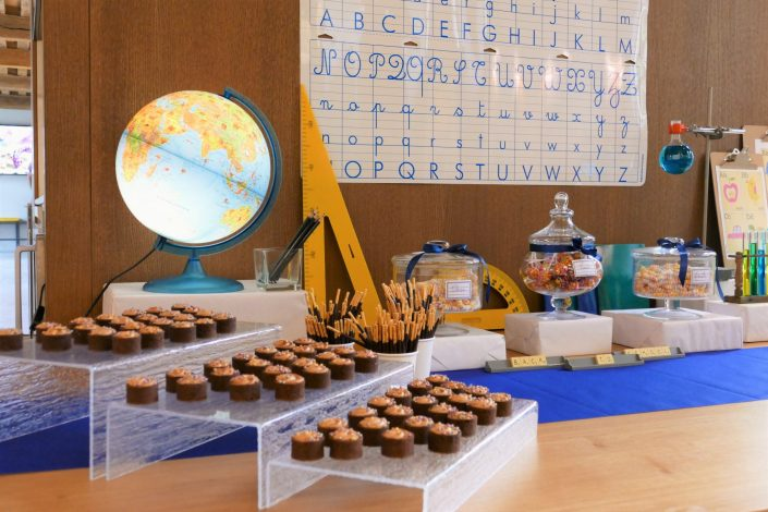 Sweet table back to school par Studio Candy pour Kering - tartelettes au carambar, mikado