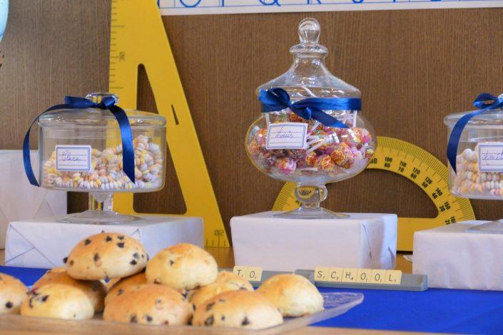 Sweet table back to school par Studio Candy pour Kering - sucettes, brioches, tartelettes au carambar, mikado, globe terrestre, colliers de bonbons