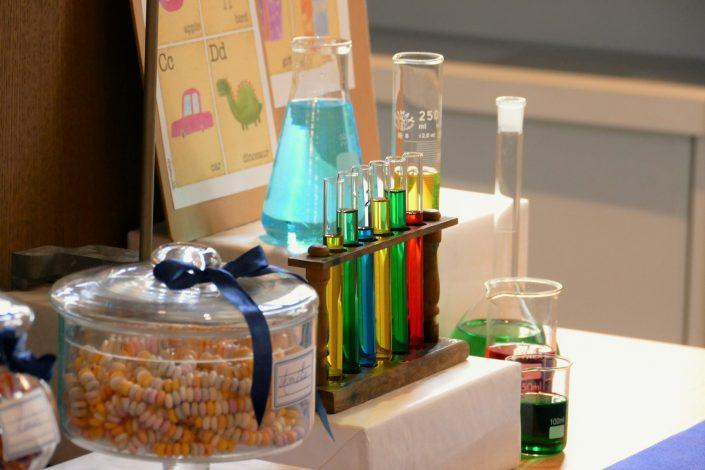 Sweet table back to school par Studio Candy pour Kering - tubes à essais, fioles de chimie, colliers de bonbons