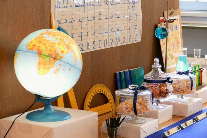 Sweet table back to school par Studio Candy pour Kering - globe terrestre, bonbons, règles et rapporteur