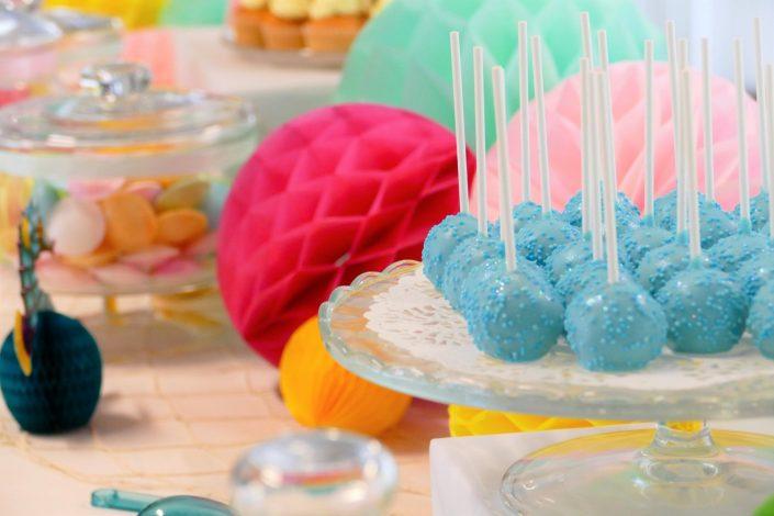 Bar à pâtisseries par Studio Candy pour L'Oréal - cake pops bleus