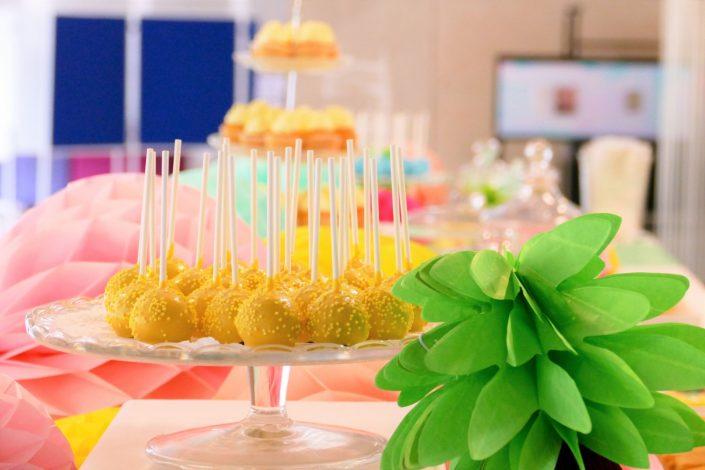 Bar à pâtisseries par Studio Candy pour L'Oréal - cake pops jaunes