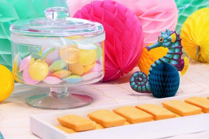 Bar à pâtisseries par Studio Candy pour L'Oréal - financiers amande, bonbons soucoupes