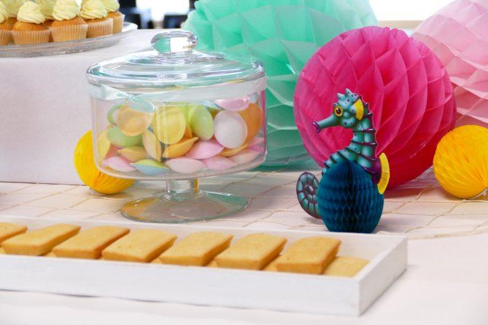 Bar à pâtisseries par Studio Candy pour L'Oréal - financiers amande, bonbons soucoupes, cupcakes vanille