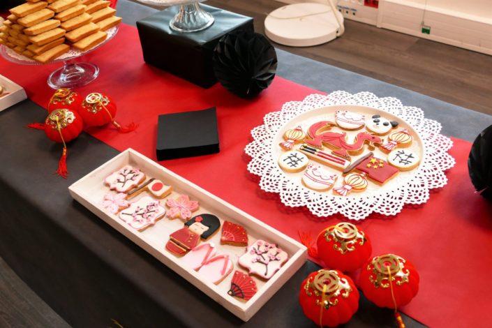 Goûter thème Asie pour Chronopost par Studio Candy - Sablés décorés tongs, geisha, drapeau japonais et chinois, lanterne, dragon, enventail, fleurs de cerisiers, cake pops au chocolat, financiers amande, décoration et scénGoûter thème Asie pour Chronopost par Studio Candy - Sablés décorés tongs, geisha, drapeau japonais et chinois, lanterne, dragon, enventail, fleurs de cerisiers, cake pops au chocolat, financiers amande, décoration et scénographie personnalisée Asiatiqueographie personnalisée Asiatique