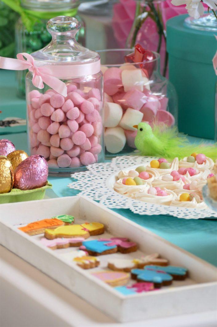 Candy Bar / Bar à bonbons et pâtisseries pour le Family Day d'Ubisoft thème Pâques - cupcakes, cakepops, sablés décorés lapins/oeufs/carotte/poussin/poule/cloche, brochettes de chamallows, sucettes