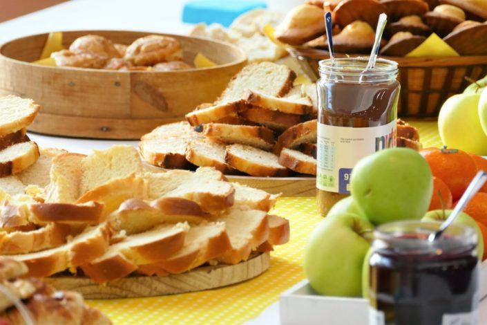 Petit déjeuner par Studio Candy au siège de Maeva - viennoiseries, fruits frais, gâteaux, madeleines, brioches, confiture, beurre, baguette
