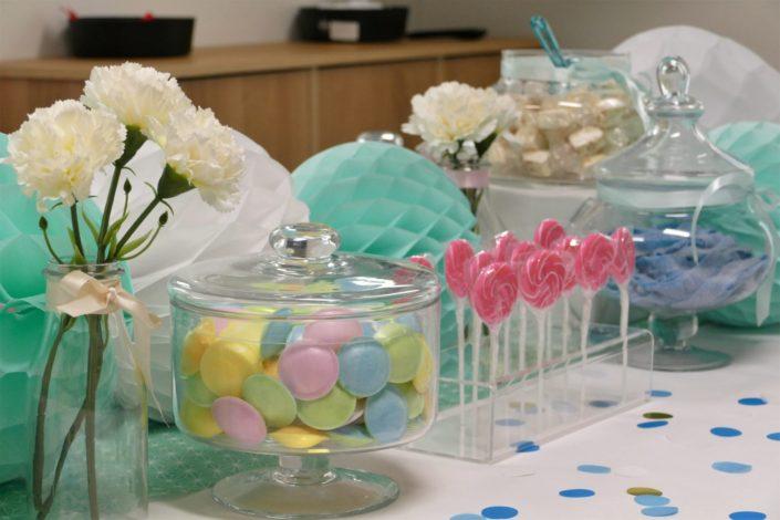 Candy Bar / Bar à bonbons chez l'étude de notaires Cheuvreux - Décoration vert d'eau et blanc, bonbons soucoupes, guimauve, meringues, langues, sucettes...