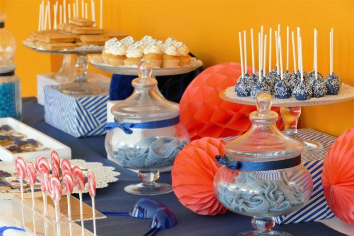 Fête des diplômés chez Babilou par Studio Candy - Sweet table, candy bar bleu, blanc et corail - Sablés décorés diplômes, toge, bonbons, sucettes, cupcakes avec logo, décoration
