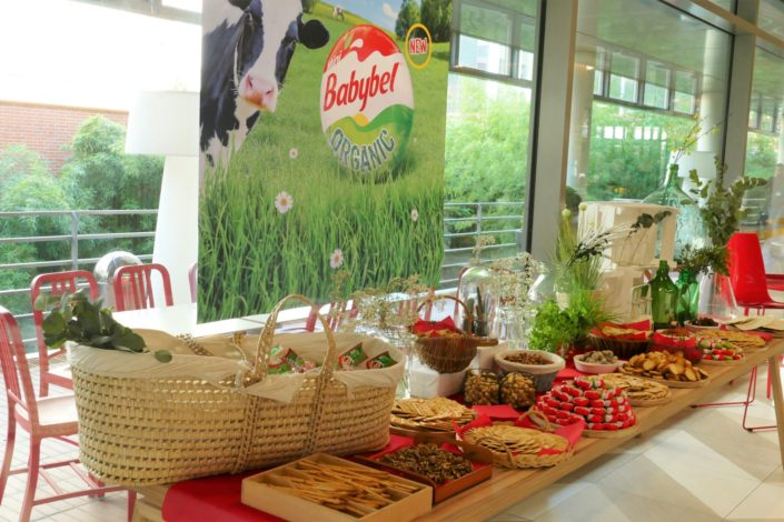 Scénographie pour le lancement de Babybel Bio par Studio Candy - set design, décoration, crackers, gressins, herbes aromatiques, fruits secs, fleurs fraîches