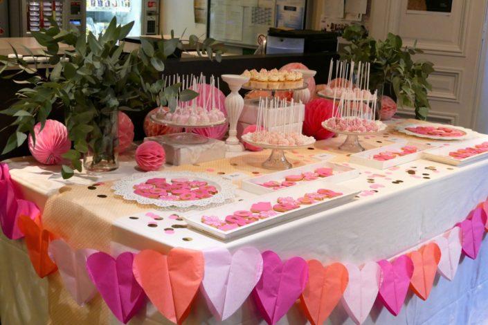 Sweet table / Bar à pâtisseries par Studio Candy chez Estée Lauder à l'occasion d'octobre rose. Sablés décorés roses, cakepops, cupcakes, décoration rose, blanche et eucalyptus, confettis.