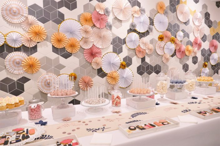 Candy Bar / bar à bonbons et pâtisseries par Studio Candy pour L'Oréal - décoration rosaces roses, dorées, cuivrées, cake pops rose gold, sablés décorés maquillage et soins.