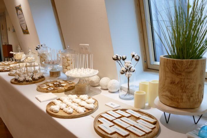 Candy Bar et pâtisseries thème cocooning pour Air Bnb - sablés masque de nuit, clé, meringue nuage, cake pops, chamallows trempés dans le chocolat - décoration douce, fleurs de coton, bougies, lin clair