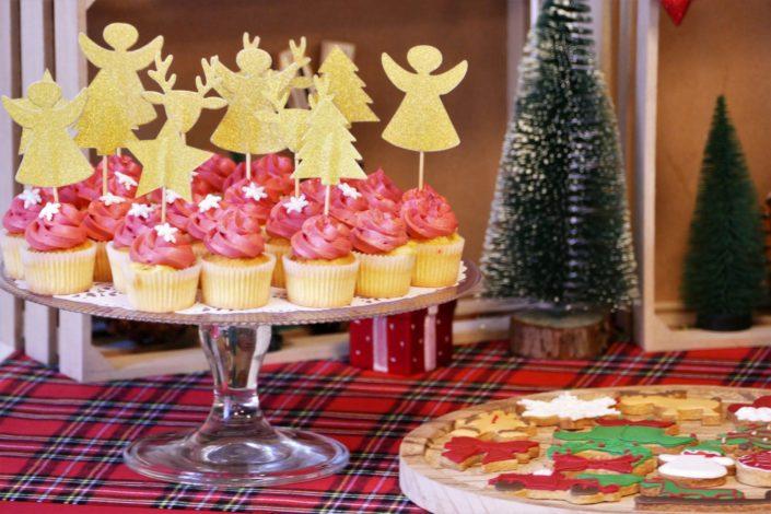 Goûter de Noël par Studio Candy chez Estée Lauder - Candy Bar / Bar à bonbons et pâtisseries - sablés décorés de Noël sucre d'orge, luge, bonnet de père noel, bonhomme de pain d'épice, ours polaire. Cake pops au chocolat, cupcakes, sapins meringue décorés. Décoration rouge vintage et tartan écossais avec sapin, patin à glace, petit train, pommes de pin