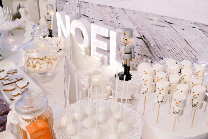 Candy bar noel chez Clinique réalisé par Studio Candy - brochette de chamallows bonhommes de neige, sablés décorés produit Clinique ID et thème Noël : ours polaire, moufle, gant, bonnet, sapin, flocon. Cake pops au chocolat, sapins meringue. Décoration polaire en blanc et argent.