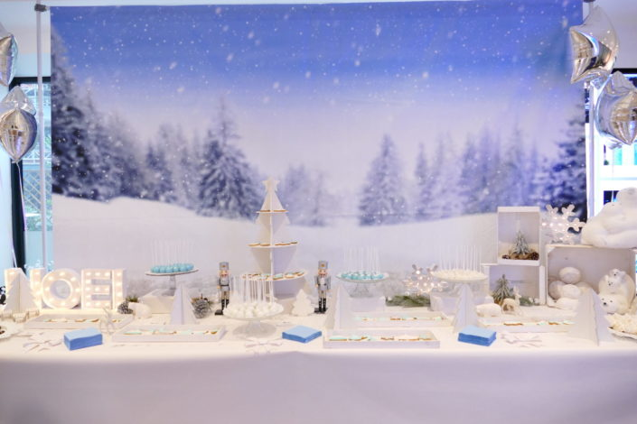 Goûter/ Sweet table de Noël polaire chez Dentsu par Studio Candy / décoration blanche, neige, argent, ours, casse noisette, cerf, sapin/ pâtisseries sablés décorés, cake pops flocon, sapin meringue