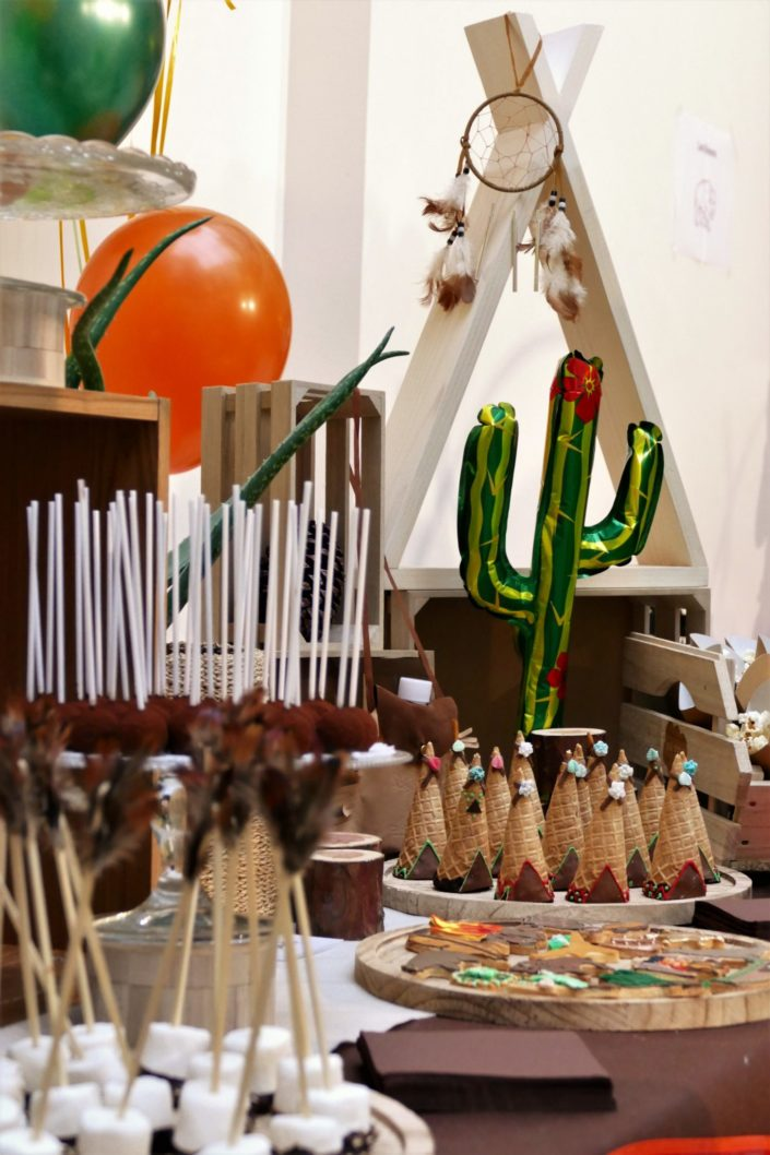 Goûter Family Day, sweet table, candy bar enfants chez Salesforce par Studio Candy - Thème Far west cowboys/indiens - sablés décorés tipi, botte, shérif, cactus, cake pops chocolat, brochette chamallows, pop corn