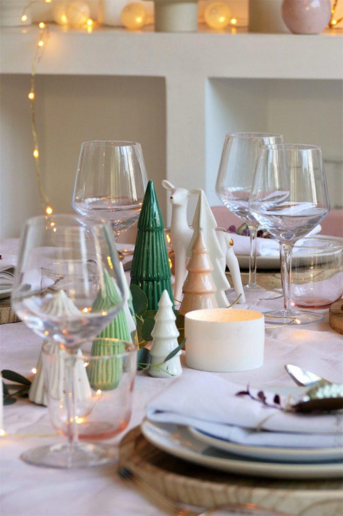 Set design / Art de la table / décoration table de noël par Studio Candy pour For me Lab - nappe ne lin rose pastel, set de table en bois, étiquette kraft, décoration en verre, sapins en céramique, serviettes en lin, argenterie vintage