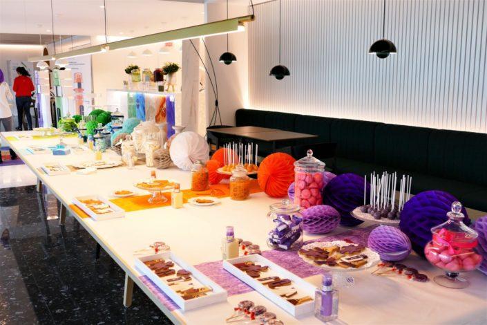 Candy Bar Clinique par Studio Candy pour le siège France de Clinique - bonbons et pâtisseries dans les 5 couleurs de Clinique ID - sablés décorés blouse, #, produit Clinique