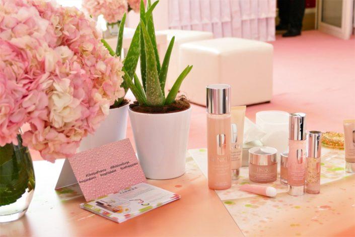 Soirée influenceuses Clinique nouvelle gamme moisture surge à l'aloe vera - Décoration et pâtisseries personnalisées roses par Studio Candy