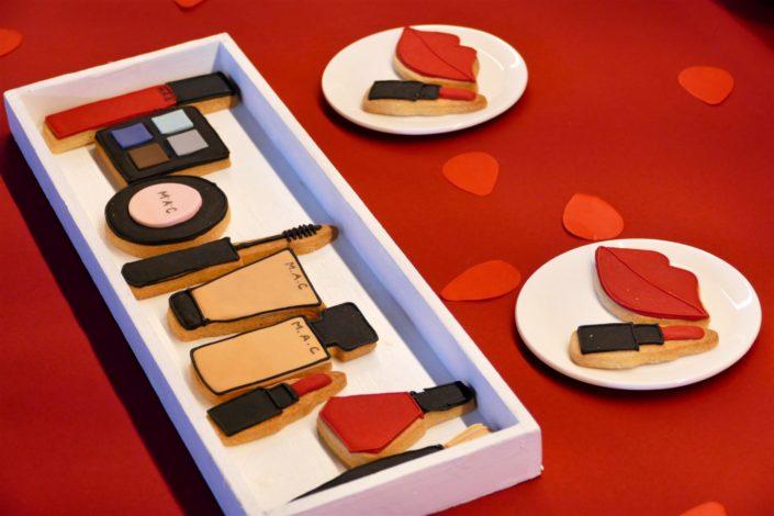 sablés décorés maquillage - mascara, gloss, fond de tinte, blush, palette, vernis à ongles, pinceau
