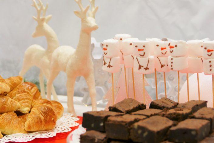 Arbre de Noël chez Bel pour l'association SOS Villages d'enfants - petit déjeuner avec chamallows bonhommes de neige, viennoiseries, brownie, sablés décorés, financiers - décoration polaire