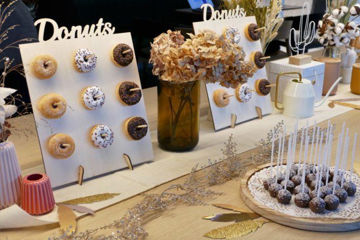 Candy Bar goûter d'entreprise pour Clinique - donuts, cake pops, brochettes de chamallows au chocolat, scénographie et décoration nature et fleurs séchées