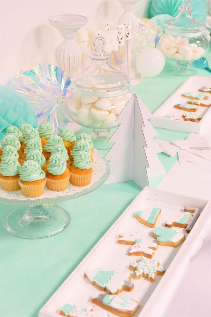 Family Day blanc et mint par Studio Candy - sablés décorés hiver et sérum Darphin , décoration, guirlande de ballons, ours polaire, cake pops, cupcakes