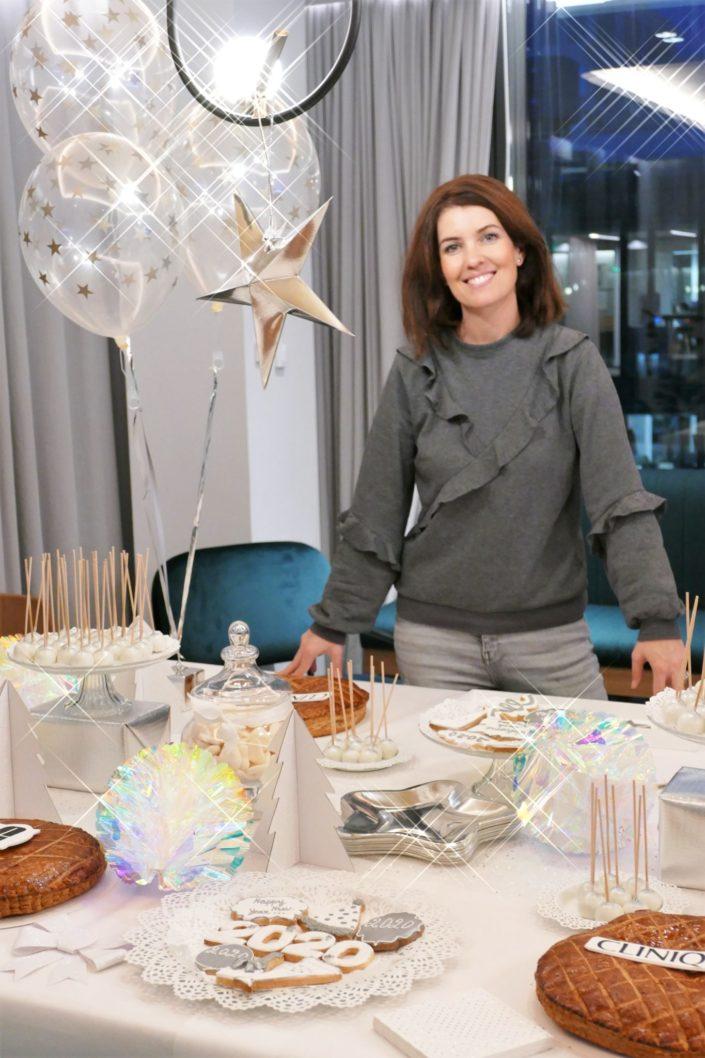 Galette des rois pour Clinique - sablés décorés 2020, cheers, bonne année, cake pops blancs et argentés, sapins scintillants, ballons étoiles