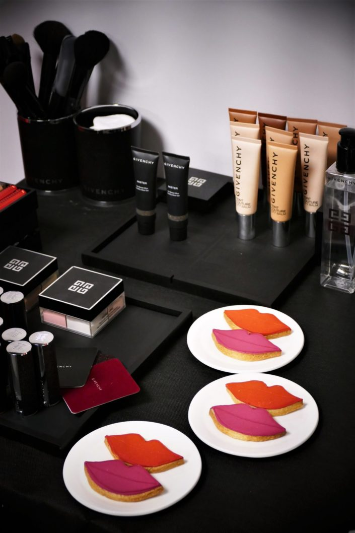 Goûter et décoration pour Givenchy et le parfum L'Interdit - cake pops et sablés logo 4G - sablés bouches rouges pour les rouges à lèvres