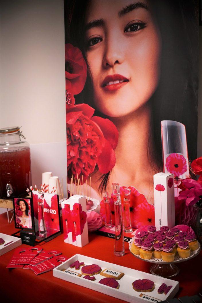 Lancement parfum Kenzo Poppy Bouquet- réalisation par Studio Candy - cupcakes, cakepops, décoration rouge et fuchsia, sablés décorés logos