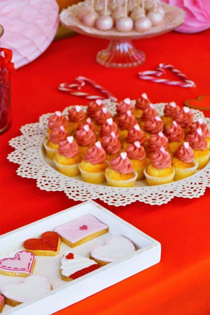 Goûter Saint Valentin par Studio Candy chez Inmac - cake pops rouges et roses, bonbons, sablés décorés coeurs, lettre d'amour, cupcakes, sucres d'orge - décoration love