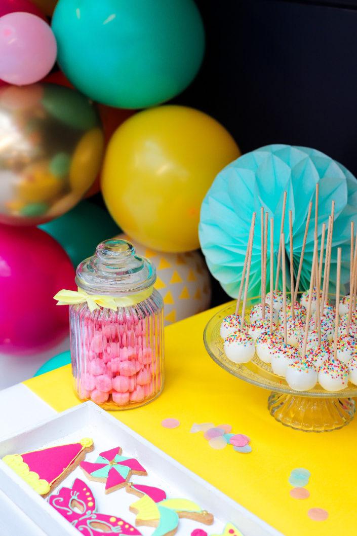 Family Day coloré au Cabinet d'avocats Jeantet par Studio Candy - Guirlande de ballons, candy bar, sablés décorés arlequin et masques, brochettes de chamallows, cupcakes