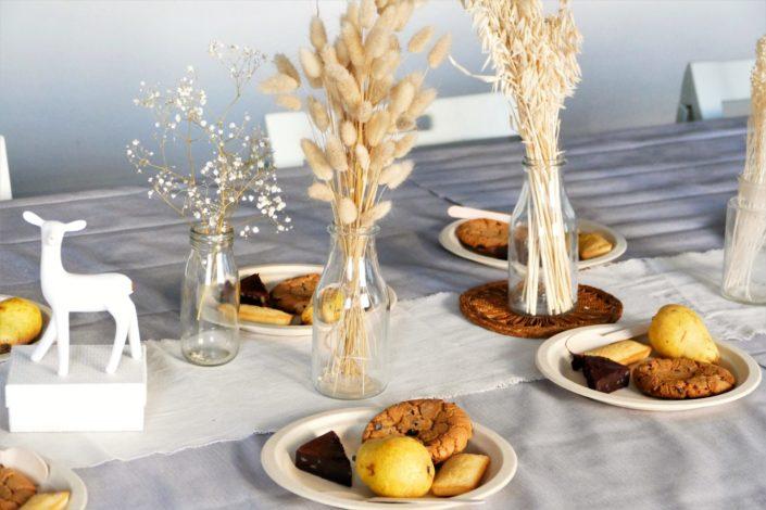 petit déjeuner chez Dentsu par Studio Candy - fruits de saisons, brownie, cookie, financier amande, fleurs séchées, décoration nature, fontaine à boisson