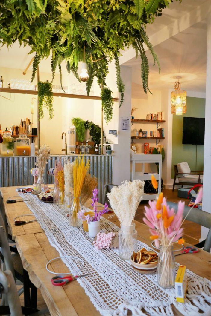 Atelier créatif DIY - suspension murale de fleurs séchées par Studio Candy pour les influenceuses invitées par BioGaia