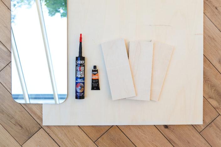 Tuto DIY Bricolage par Studio Candy : réalisation d'un miroir de chambre en bois avec une grande planche, 3 tablettes, un miroir et 2 tubes de colle Sader