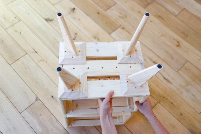 DIY bricolage facile pour réaliser une étagère en bois : caissons en bois, colle fixer sans percer et pieds compas en bois