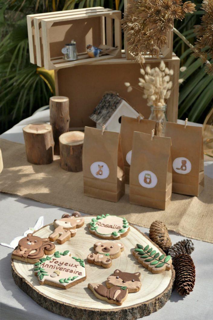 goûter thème forêt avec décoration mousse, bois, champignons et fleurs séchées - sablés décorés animaux, chocolats, gâteau - par Studio Candy