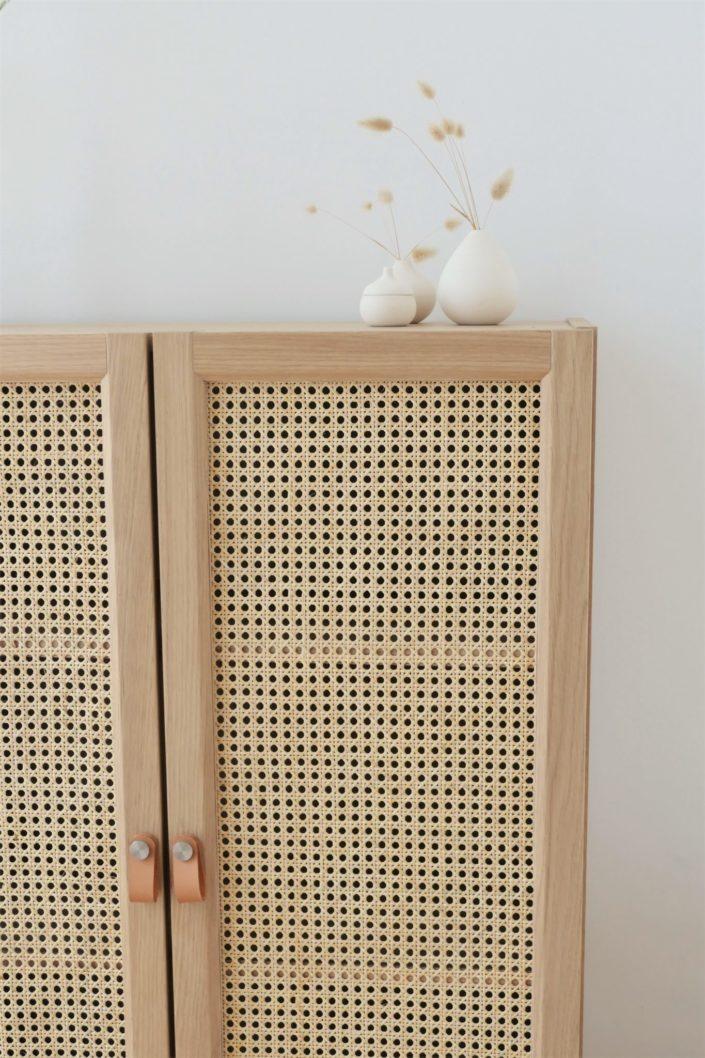 DIY IKEA Hacks par Studio Candy - comment relooker une petite armoire Billy avec du cannage