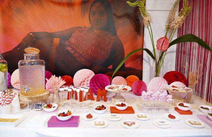 Table gourmande avec meringue rose, chamallows au chocolat, petits sablés culotte, goutte et bols de fruits rouges. Décoration rouge et rose - Studio Candy