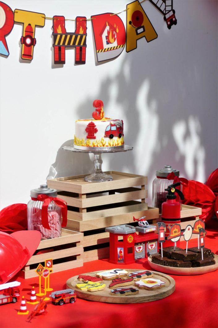 Goûter thème pompier en rouge, jaune et noir avec sablés décorés, brownie, bonbons, gâteau avec décorations en pâte à sucre - Studio Candy : évènement, décoration, scénographie, pâtisserie sur mesure