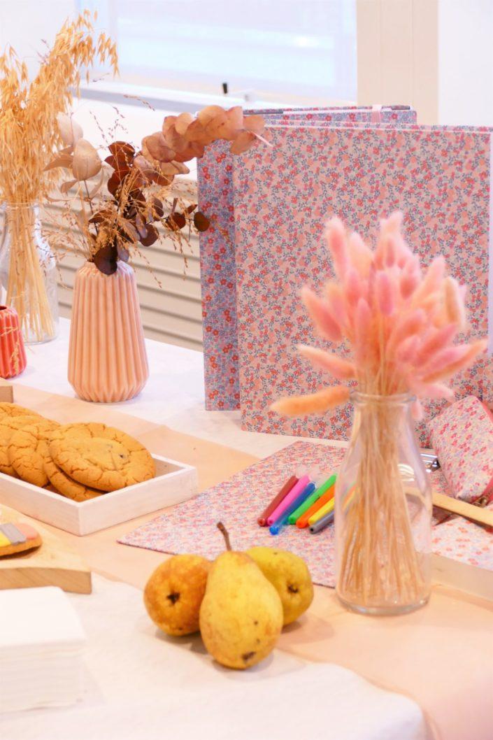 Petit déjeuner de rentrée teambuilding chez Unibail par Studio Candy - Sablés décorés personnalisés, fruits de saison, brownie, cookies, financiers amande, rochers coco. Décoration et jolie papeterie
